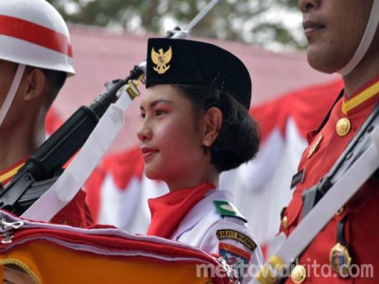 Yosefia Bangga Menjadi Pasukan Pembawa Baki Bendera