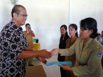 Kadis Pendidikan Mentawai Serahkan 144 SK Guru Kontrak SD Se-Pulau Pagai