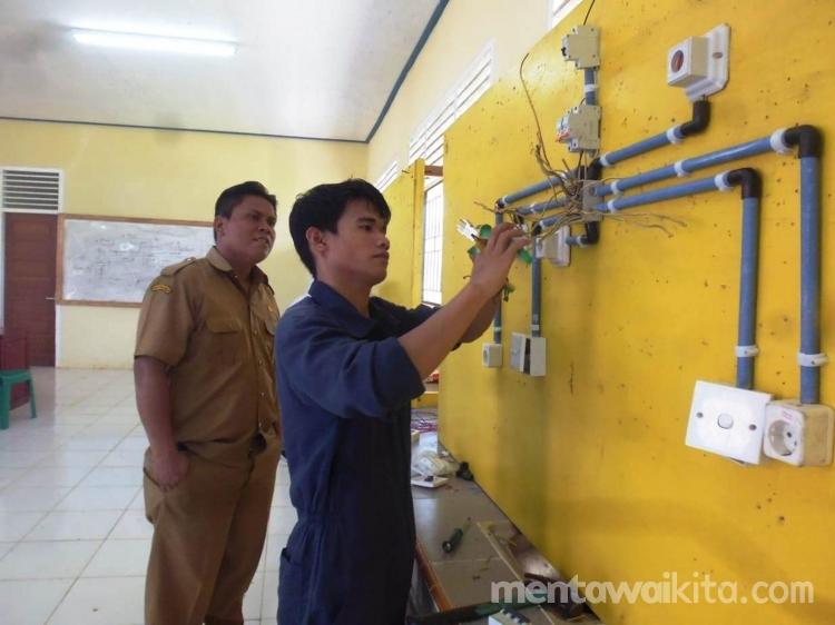 Siswa SMK 3 Mentawai Jurusan Listrik Terampil Memasang Instalasi Listrik