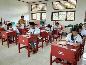 Tak Ada Listrik USBN SMAN 1 Pagai Selatan Menggunakan Kertas dan Pensil