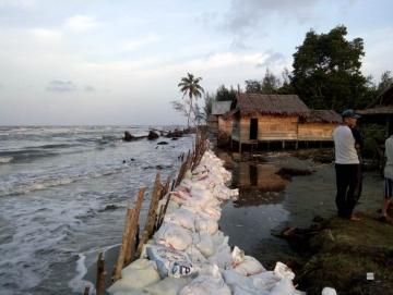 Terus Diancam Abrasi Warga dan Pelajar Asal Simatalu Mengungsi