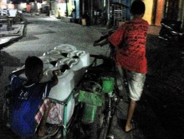 Kemarau Warga Sikakap Begadang Cari Air Bersih