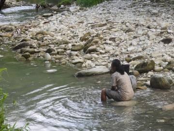 Kemarau Warga Madobag Konsumsi Air Sungai