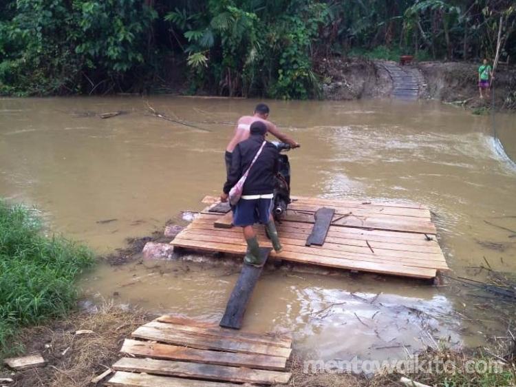 Belum Ada Jembatan Warga Seberangi Sungai Silakoinan Pakai Rakit