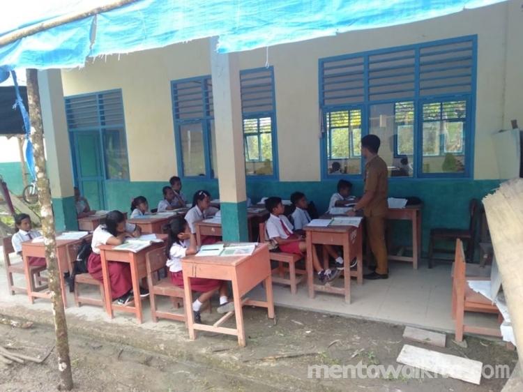 Siswa Belajar di Teras Ini Kata DPRD Mentawai