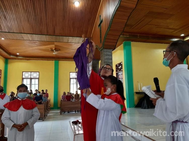 Antisipasi Penyebaran Covid19 Ritual Cium Salib Diganti Dengan Penghormatan
