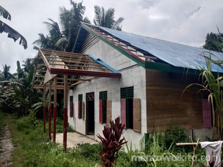 Uang Kayu Belum Dibayar Operator Chain Saw Bongkar Atap Seng Balai Dusun Madobag