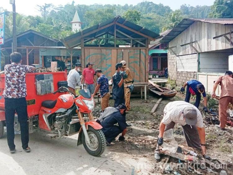 Warga dan Perangkat Desa Sikakap Bersihkan Sisa Material Banjir