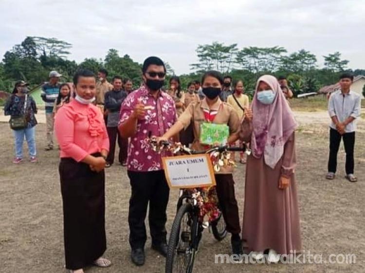 Jadi Juara Umum Sekolah Via Hendrawati Saogo Boyong Sepeda Gunung Pulang