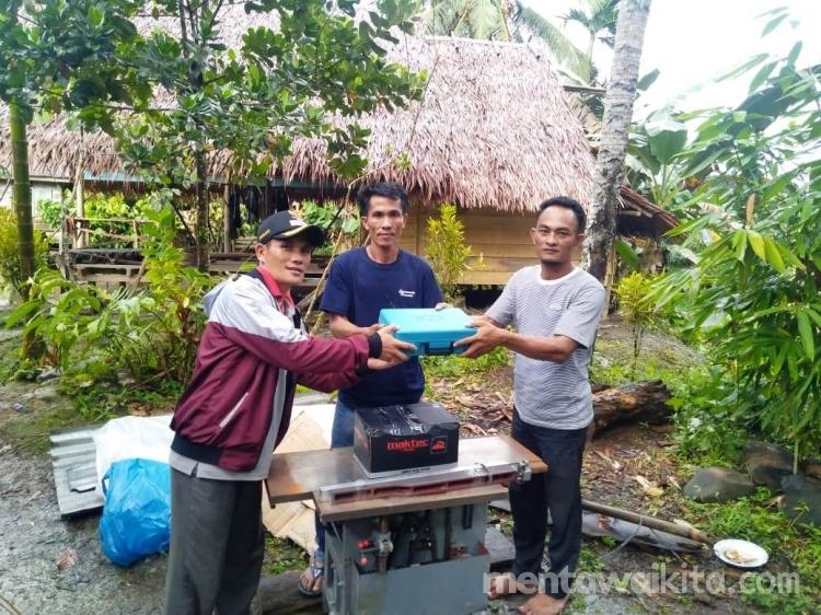 Pemdes Muntei Salurkan Bantuan Pemberdayaan untuk Warga