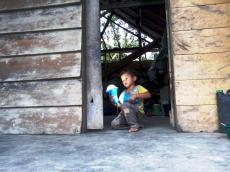 Warga Siberut Barat Nikmati Lampu Tenaga Surya