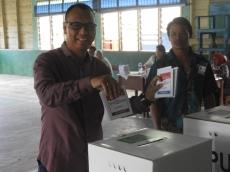 Bupati Mentawai Mencoblos di TPS 2 Muara Siberut