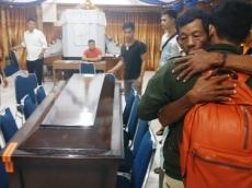 Isak Tangis Menyambut Jenazah Lorensia Sakulok di GKPM Pancasila Padang