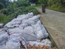 Sampah Berserakan di Pinggir Jalan Warga Sikakap Minta Pemdes Sediakan TPA