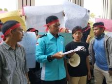 Demo di PN Padang Mahasiswa Mentawai Tolak Eksekusi di Pulau Nyangnyang