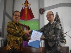 Pemda Mentawai Serahkan Aset SMP GKPM ke Yayasan Agust Leet
