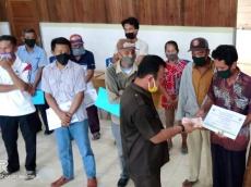 Tim Satgas Covid-19 Pagai Selatan Antarkan Langsung BLT DD ke Rumah Warga Sinaka