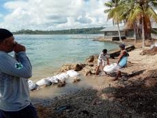 Warga Desa Sikakap Buat Tanggul Penahan Abrasi Pantai
