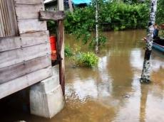 Hujan Lebat Genangi Badan Jalan di Makoddiai