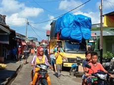 Sering Bikin Macet Truk Barang Dilarang Bongkar Muat di Jalan Raya Sikakap