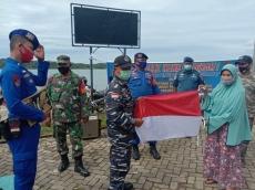 Tingkatkan Nasionalisme Sat Polair Mentawai Bagikan Bendera dan Gambar Pancasila ke Nelayan