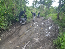 Menelusuri Jalan Muntei dan Madobag yang Berlumpur