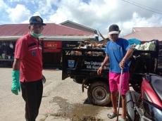 Jaga Terumbu Karang Tetap Baik Muspika Sikakap Turun ke Jalan Pungut Sampah